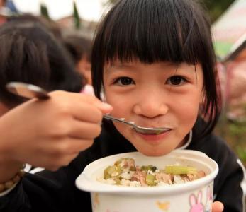 义务教育入学率近100%,中国为什么能?