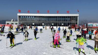元旦小长假,保康梅花寨云海滑雪场人气爆满!