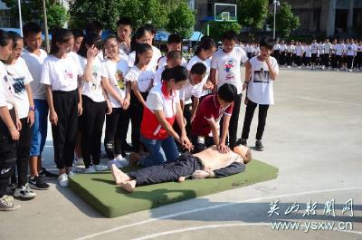 县实验中学1050名新生上好军训第一课