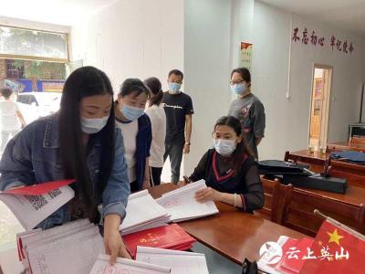 英山县农村公路局党员干部到东门社区开''双进''活动