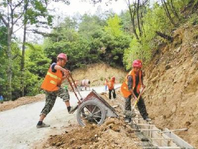 英山县农村公路管理局裕通路桥公司进行路肩边沟施工