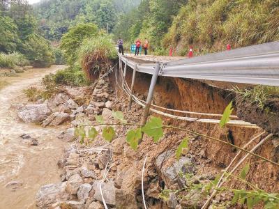 英山再遭暴雨袭击多处省道被冲断
