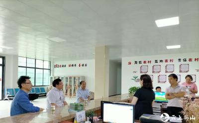 英山县杨柳中学到联系村开展防汛救灾工作
