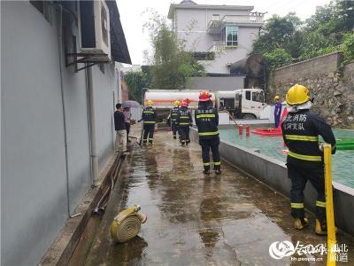 英山:山体塌陷威胁加油站安全 消防等多部门联合应对