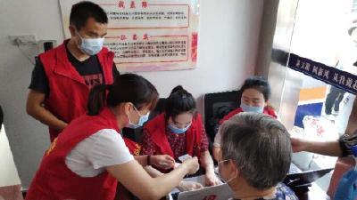 英山县农村公路局积极协助社区做好核酸检测工作
