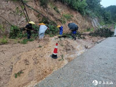 【快讯】英山雷家店镇干部群众积极投身抢险救灾