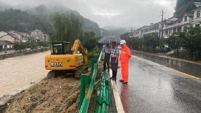 暴雨致国省道路多处塌方  英山公路局全力以赴抢险保畅通