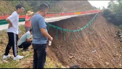 10米多长路基悬空,英山县九昇城发加班加点抢修