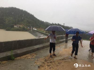 英山县发改局志愿服务队全力以赴开展防汛救灾