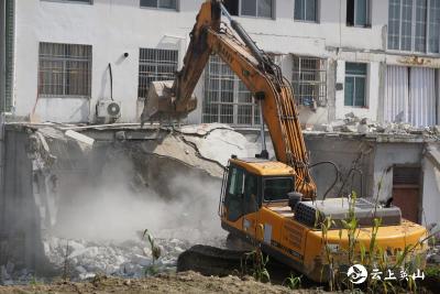 英山县城管执法局对违法建(构)筑物进行集中拆除