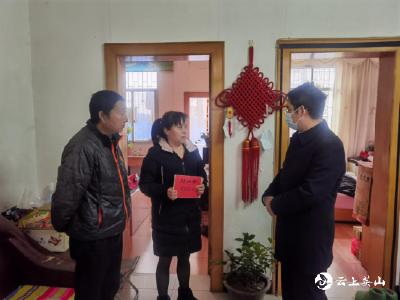 英山县领导集中走访慰问困难职工