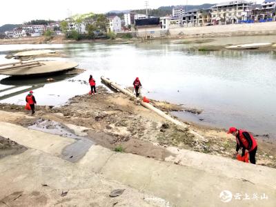 英山县自来水公司开展河道垃圾清理志愿服务活动