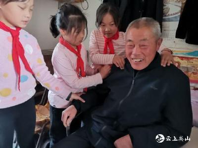 """杨柳湾镇东庄畈小学:小小""""红领巾""""争当小雷锋"""