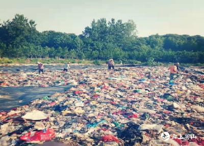 县环卫局对垃圾填埋场进行覆盖作业