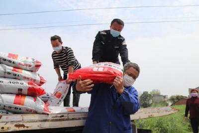 枝江警方捐赠化肥助力春耕生产