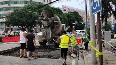 县住建局紧急抢修塌陷路面