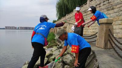 """湖北老河口:汉江河畔有群""""银发志愿者"""""""