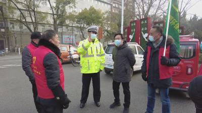 警民携手开展电动车文明交通劝导活动