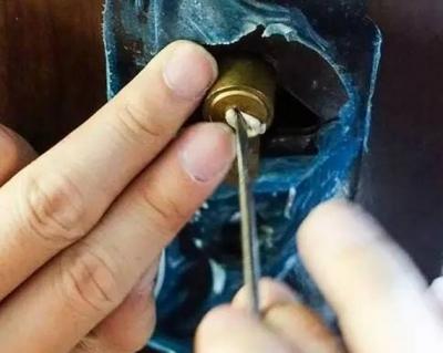 可怕!襄阳人你家防盗门一块口香糖就能打开,速度快得惊人!