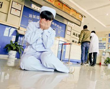 输液插队遭拒 女患者殴打两护士