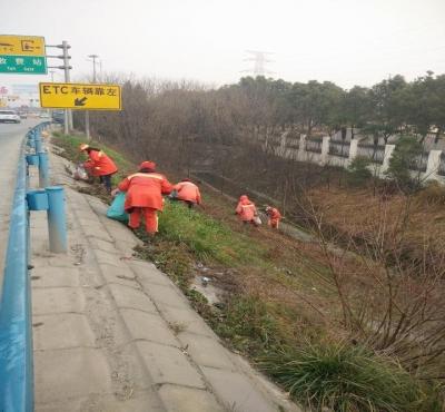 高速公路出口频现白色垃圾 城管清扫一天擦亮城市窗口