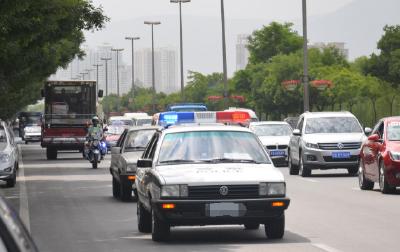 襄阳男子突发重病,呼吸困难,民警警车开道及时送入医院救治