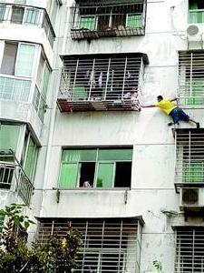 惊险!鱼梁洲4岁男孩卡在5楼防护网上,幸亏……