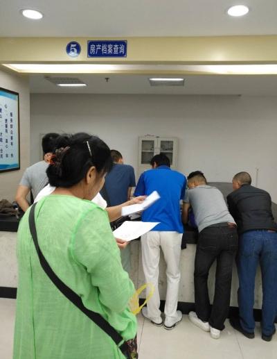 为入学襄阳市民扎堆开具房产证明 管理部门全力保障