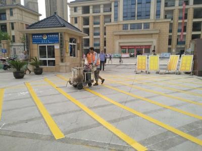火车站警务平台在学校门前施划黄网线