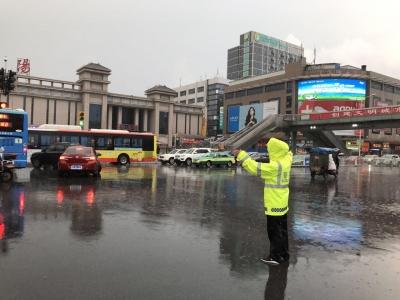 倾盆暴雨中有民警在守候