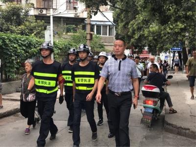"""樊城区城管局""""马路办公""""解难题"""