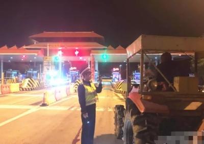 拖拉机驶上高速路  8小时从荆州开到襄阳