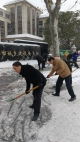 市城建委清除委机关院内和人行道积雪