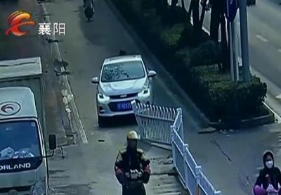 【V视】图方便挪护栏 樊城一男子被罚2千