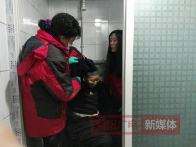 残疾老人洗澡难 圆梦义工来帮忙