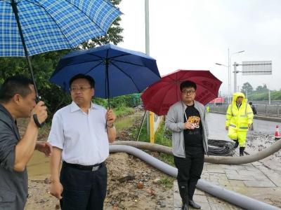 今天下午,市城建委党组书记汪厚安带队深入市区积水点查看、指挥应急排水。