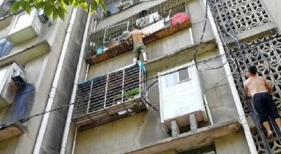 惊心60秒!好邻居徒手爬四楼救下襄阳男童