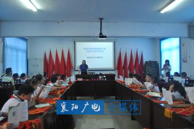 """襄阳城管带小朋友在街边""""上课"""" 宣传垃圾分类知识"""