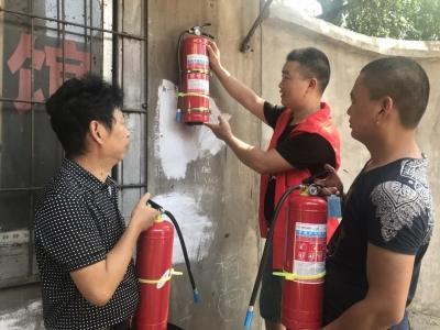 泰安路社区志愿者为居民区安装灭火器