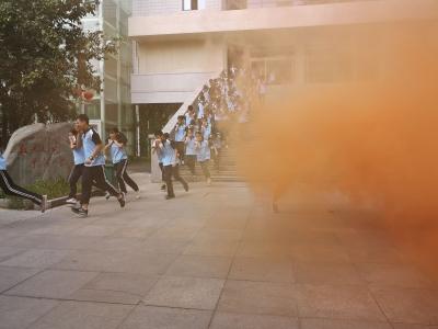襄阳消防进军训  市一中1500余名新生学灭火技能