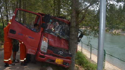 今天中午,一辆货车撞上大树,司机被困车内……