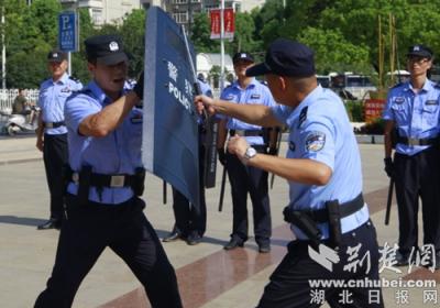 襄城警方举行反恐应急处置演练