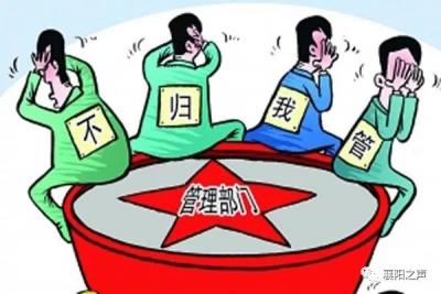 """襄阳这个路口:停车位占用道路,车辆被迫""""违章""""..."""