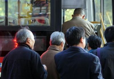 上下班交通高峰期 老人该不该错峰出行