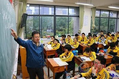 市科技馆到襄城检查指导科普创新示范学校创建情况