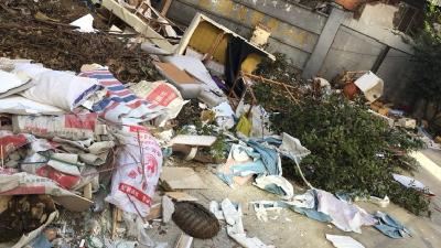 小区内堆积大量垃圾 物业:专门堆在这的