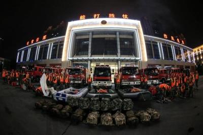 襄阳消防应急救援队伍连夜集结 只等一声令下奔赴前线
