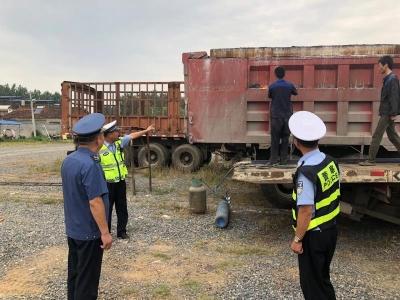 大货车加高厢板超载两倍   交警拆除加高厢板并处罚