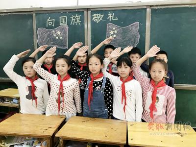"""襄阳市29中学生""""向国旗敬礼"""""""