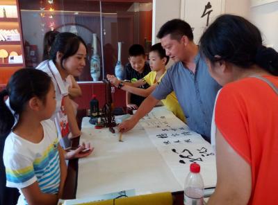 杨家花园社区丰富四点半课堂  开展国画书法培训活动
